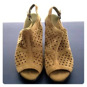 💚Aerosoles Green perforated sandal sz.10